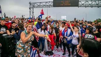 Cubanosbloquean otra vezautopista Palmetto en Miami en apoyo a protestas en la isla