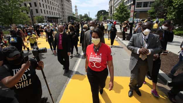Thị trưởng DC nói rằng Hoa Kỳ đang rơi vào cuộc chiến tranh đua khi các quan chức thành phố dán nhãn bạo loạn là 'khủng bố trong nước'