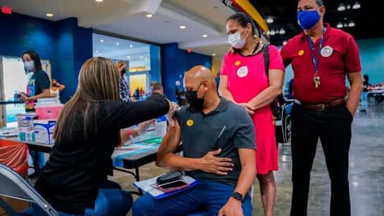 Puerto Rico estudia hacer obligatoria la vacunación contra el COVID-19