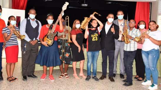 Educación entrega instrumentos musicales a estudiantes
