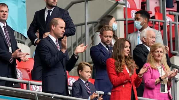George feuert England mit William und Kate im Wembley-Stadion an