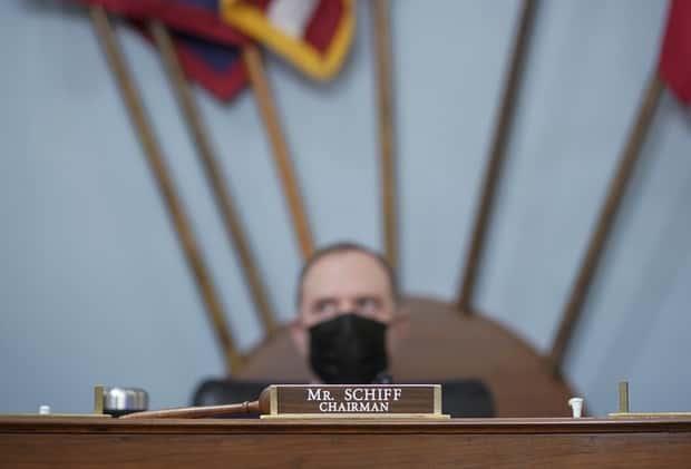 El representante Adam Schiff se sienta junto a un mazo.
