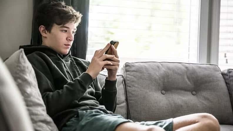 Es muy posible que tu hijo adolescente vea pornografía en el teléfono: ¿debes preocuparte?